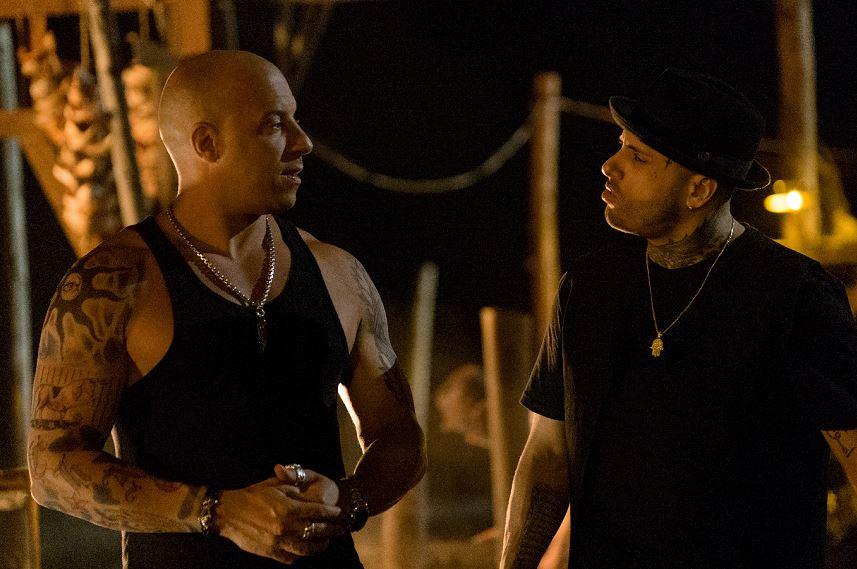 El cantante de reguetón estadounidense Nicky Jam (d) en su rol de Lazarus junto al actor Vin Diesel en la película xXx Return of Xander Cage. Foto/ EFE/George Kraychyk/Paramount Pictures and Revolution Studios