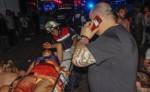 Paramédicos atienden a los heridos tras el tiroteo en la discoteca Blue Parrot en Playa del Carmen. LA PRENSA/AFP