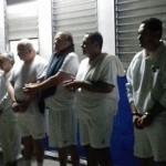 El ex presidente salvadoreño, Elías Antonio Saca (de blanco, segundo de derecha a izquierda), fue detenido junto a otras seis personas por desviar supuestamente 246 millones de dólares durante su administración.  Foto cortesía de La Prensa Gráfica de El Salvador